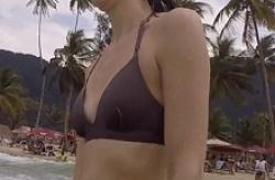 海でビキニ水着の女友達の貧乳おっぱい乳首を盗撮の画像
