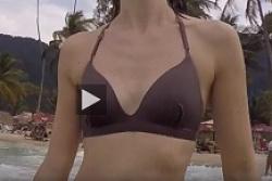 海外、貧乳Bカップぐらいのビキニ水着お姉さんの乳首隠し撮りの画像