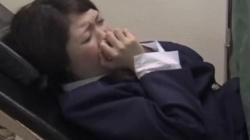 【産婦人科レイプ盗撮】「はぁはぁはぁ」変態先生の好き勝手におっぱいを触れて手マンで辱められる様子を隠し撮りした映像 No.16の画像