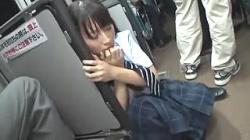 帰宅中の女子高生を電車内で痴漢し、パンツを脱がして電マをぶち当てる!チンポをしゃぶらされガン突きファックで犯され放心状態の画像