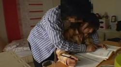 【輪姦痴漢】変態家庭教師が隠しカメラを仕掛け教え子のミニスカJCのパンチラを机の下から隠し撮りする動画の画像