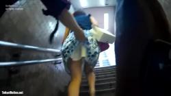 【パンチラ盗撮】私服OLさんがエスカレーターで匠の技を使ってバレずスカートめくりして下着をスマホで個撮するの画像