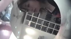 【閲覧注意】アパレルショップの美人店員が接客中にしゃがみ込み白ブラチラリと乳首チラする姿を隠し撮りの画像