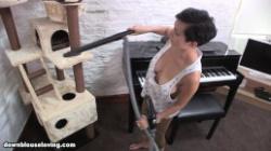 無防備な爆乳外人奥様の自宅での日常胸チラを覗き見の画像