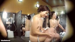 銭湯女湯で綺麗な色白元ヤンキー若妻が隠しカメラに気づかず無防備におっぱい丸見えで洗体してるの画像