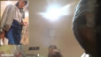 デニムのミニスカを履いた黒髪で清楚な女子大生をストーキングして背後からパンチラ逆さ撮りの画像