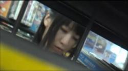 レンタルショップで縞パンの素人嬢が座りモリマンパンチラ披露するミニスカ美脚美女の画像