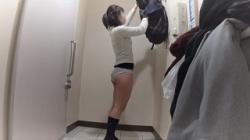【盗撮】学校帰りにトイレでパンツまで着替えるJKちゃんの画像