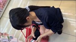 【胸チラ盗撮】コス生【乳首ちら】ドラッグストアで買い物中のお姉さんの浮きブラをこっそり撮影の画像