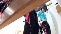 【盗撮】コス生【競泳水着試着】部活帰りの学生さんがスポーツ洋品店で競泳水着を試着してるところを扉の隙間から隠し撮りの画像