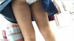 【ホワイトココア作品】可愛すぎるロリ系私服○kちゃん 背中がチラつくまでスカートをめくりあげて羞恥プレイ状態【パンチラ盗撮】の画像