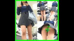 【◆◇ビジター◆◇作品】◇◆◆蛍光ブルーのパンツが丸見えなスタイル抜群のお姉さんのパンチラ盗撮◆◆◇の画像