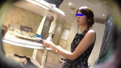 【逆さHERO作品】店員撮り38!夏のノースリーブ美人店員!顔撮りカメラに恐ろしいカメラ目線。【パンチラ盗撮】の画像