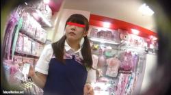 【逆さHERO作品】店員撮り40!サ○リオ店員のお姉ちゃん!見た目とは裏腹にツンツンして生意気。の画像