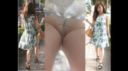 【BOMB作品】清楚系超美人JD_生脚スカートをエスカにてめくり逆さ撮りで_【パンチラ盗撮】の画像