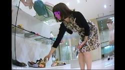 【Mr.研修生作品】45 年上お姉さん店員さん アソコがハミ【パンチラ盗撮】の画像
