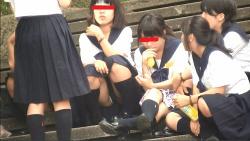 【パンチラ盗撮】【アイドル予備軍】JKの集りには生やハミパンがいるの画像