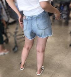 【街撮】緩々のデニムのホットパンツでパンティラインを魅せつける!の画像