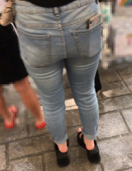 【街撮】熟ママがデニムの超デカ尻でパンティラインを魅せつける!の画像