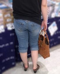 【街撮】超ブリケツの熟おばが、パンティラインを魅せつける!の画像