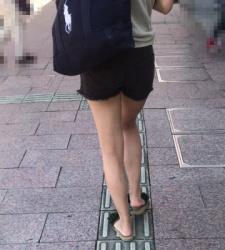 【街撮】黒デニのショートパンツを喰い込んで美脚を魅せつける!の画像
