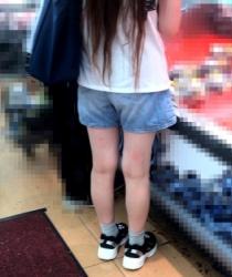 【街撮】ゆるデニのショートパンツで喰い込んみとクロッチを魅せつける!の画像