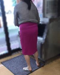 【街撮】タイトなロングスカートでパンティラインを魅せつける!の画像