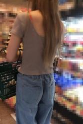 【街撮】デニのユルパンで喰い込んでるお尻と真っ赤なブラ紐のお姉さん!の画像