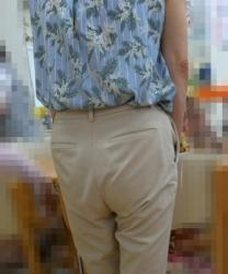 【街撮】ゆる目のチノパンで喰い込みを魅せつける熟女尻!の画像