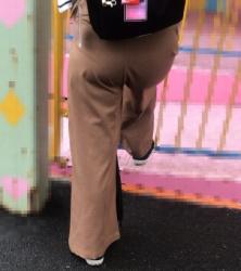 【街撮】チノパン尻で喰い込みとPラインを魅せつけるお母さん!の画像
