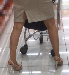 【街撮】ミニスカのスリットから生脚と生桃を魅せつける美人ママ?の画像