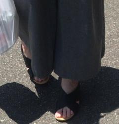 【街撮】ワイドなチノパン尻でパンティラインとナマ足指を魅せつけるママ!の画像