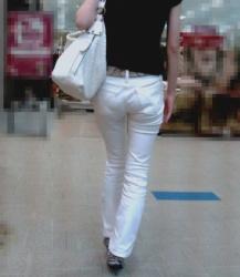 【街撮】白デニムで喰い込みやパンティラインを魅せつけるお姉尻!の画像