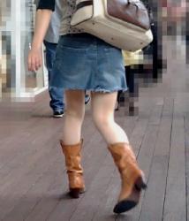【街撮】ミニのデニスカで生桃を魅せつけるウェスタンブーツのお姉さん!の画像
