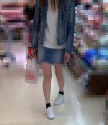 【街撮】デニムのミニでまっ白なナマ脚を魅せつける!の画像