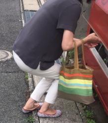 【街撮】白デニのブリケツや肌に喰い込むブラ紐を魅せつける熟母?の画像