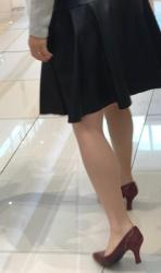 【街撮】レザーのフレアから魅せつけるナチュスト美脚のママ!の画像