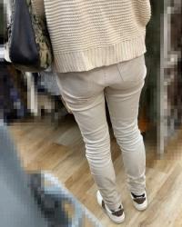 【街撮】白デニがブリケツに喰い込むお尻を魅せつけるママさん?の画像