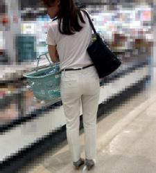 【街撮】スーツパンツのお姉さん、パンティラインが少し透けてますよ!の画像