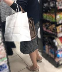 【街撮】タイトなスカートからスリムなナチュスト美脚を魅せつけるママさん!の画像