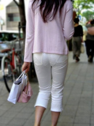 【透け】街中でパンツスタイルのパンティ透けを魅せつける女性たち!の画像