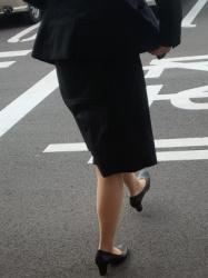 【街撮】フレアのリクスーでナチュストの美脚を魅せつけるお姉さん!の画像