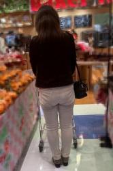 【街撮】ブリケツに喰い込むP線を魅せつける熟母さん!の画像