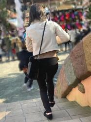 【街撮】黒デニムのブリケツやP線を魅せつける若ママ!の画像