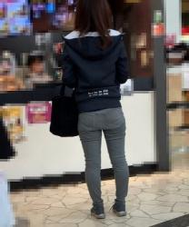 【街撮】ゆるデニムのブリケツやP線を魅せつけるお姉さん!の画像