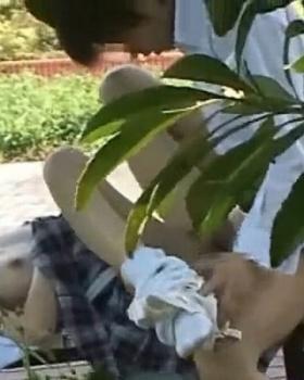【青姦動画】公園で高校生カップルがフェラからナマ挿入、を盗撮!の画像