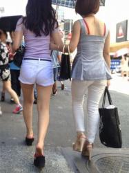 【拾い街撮】ホットパンツで際どいショットを魅せつける女性たち Vol.2の画像