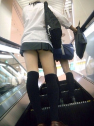 【拾い街撮JK】超ミニの制服でフェロモンむんむんの女子校生!Vol.3の画像