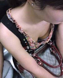 【胸チラ動画】電車内で女性たちの胸元から乳首を隠撮!の画像