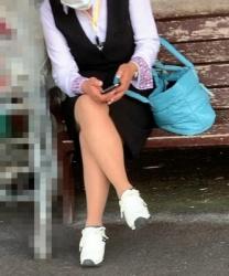 【街撮】リクスーで休憩中?ナチュストの美脚を魅せつけるママさん!の画像
